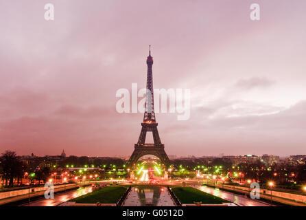 Eiffel-Turm am Sonnenaufgang, Paris, Frankreich - Stockfoto