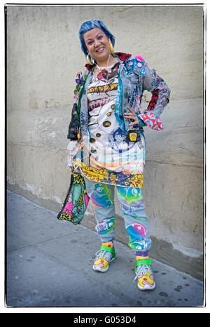 Porträt einer Frau in Soho New York City einzigartige sehr bunten Kleidung tragen - Stockfoto
