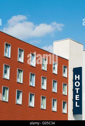 Fassade eines modernen aus rotem Backstein Hotel Gebäudes mit Schild - Stockfoto