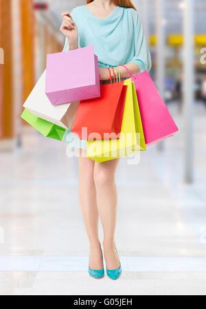 Frau mit vielen Einkaufstüten Shopping-Mall innen - Stockfoto