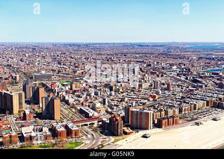 Luftaufnahme von Hubschrauber nach Long Island in New York, USA. Es ist die westlichste Wohn- und Umgebung von New Yorker Stadtteil Queens Stockfoto
