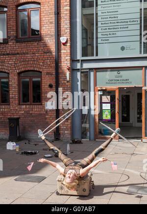 Belfast, UK, 30. April 2016. Festival der Narren. Straßenkünstler aus der ganzen Welt in den Schauplätzen rund um - Stockfoto
