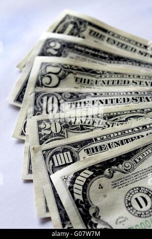 Dollar-Banknoten isoliert auf weißem Hintergrund - Stockfoto