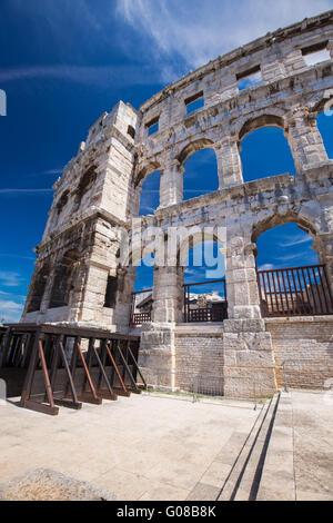 Antike römische Amphitheater und Kirche in Pula, Istrien, Kroatien - Stockfoto