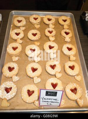 Tablett mit frisch gebackenen roten Herz Valentinstag Spritzgebäck. St Paul Minnesota MN USA - Stockfoto