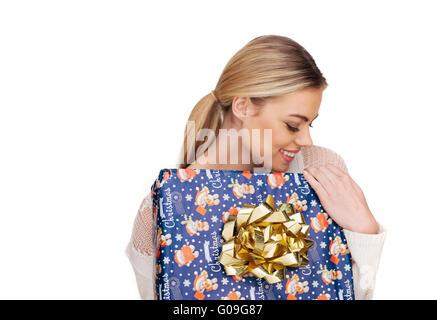 Frau hält ein Geschenk in Weihnachten Papier eingewickelt - Stockfoto