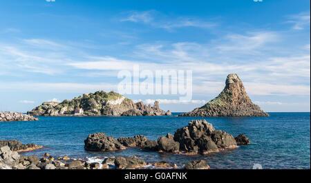 Insel Lachea und einem Meer Stapeln, geologische Besonderheiten in Acitrezza (Sizilien) - Stockfoto