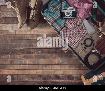 Hipster Reisenden Vintage bereit Koffer mit Kamera und Kleidung, leere Kopie Raum, Ansicht von oben - Stockfoto