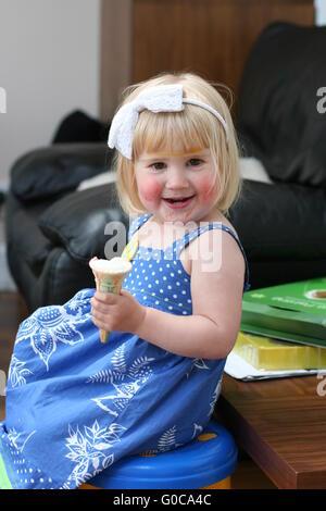Kleines Mädchen mit Bemalung spezielle türkische Brot zu essen ...