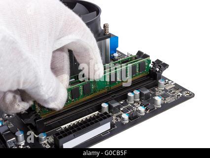 Speichermodul im DIMM-Steckplatz auf modernen PC installieren - Stockfoto