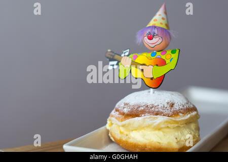 Vanille Donut dekoriert mit Karneval-Figur - Stockfoto