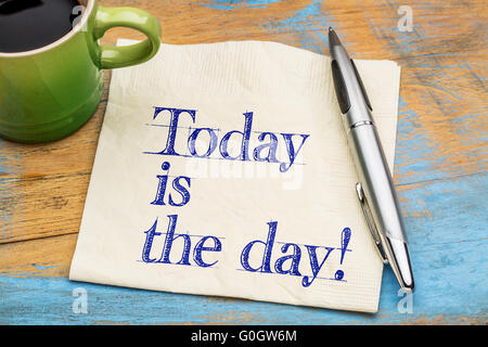 Heute ist der Tag Erinnerung auf einer Serviette mit einer Tasse Kaffee - Stockfoto