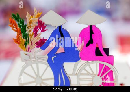 Vietnamesische Motiv der Frauen mit dem Fahrrad und Blumen auf den Markt - Stockfoto