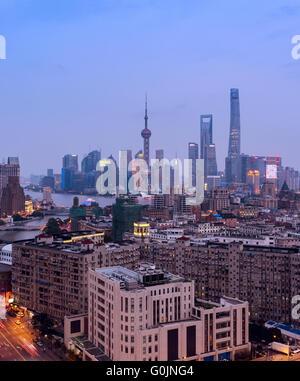 Erhöhten Blick auf die Skyline von Shanghai in der Nacht. - Stockfoto