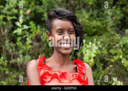 Gibi Dorf, Gurage, Äthiopien, 6. Oktober 2013. Belatu Anchamo, 20, sehr elegant gekleidet, um Hochzeitsfeiern begleite - Stockfoto