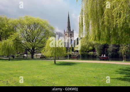 Die Riverside und Heiligen Trinity Church in Stratford Warwickshire, England, UK. - Stockfoto
