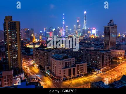 Shanghai, China - 3. Oktober 2015: Erhöhten Blick auf die Skyline von Shanghai in der Nacht. - Stockfoto