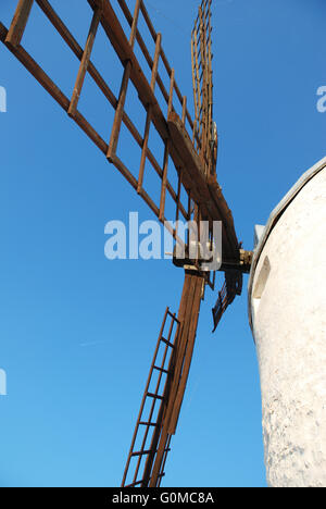 Blick von den Arm einer Windmühle. Consuegra, Provinz Toledo, Castilla La Mancha, Spanien. - Stockfoto