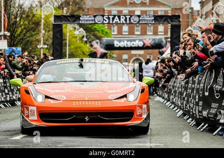 DUBLIN, IRLAND. 1. Mai 2016 - beginnt A Ferrari 458 6-Tages-Fahrt nach Bukarest von Dublin wie es bei der Gumball - Stockfoto