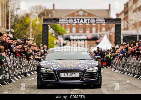 DUBLIN, IRLAND. 1. Mai 2016 - verlässt ein Audi R8 Quattro zu Beginn des Gumball 3000 nach Bukarest - Stockfoto