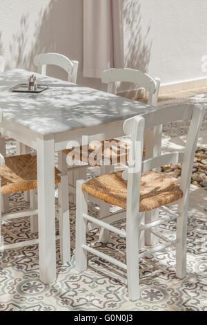 Bild der Terrasse Tisch und Stühlen. - Stockfoto