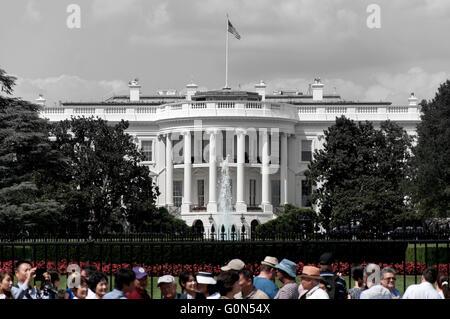 Das weiße Haus in schwarz und weiß mit krähte in Farbe. - Stockfoto