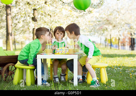 Glücklich, süße Kinder im Vorschulalter, Freunde und Verwandte, feiert fünften Geburtstag des netten jungen, outdoor - Stockfoto