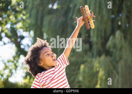 Junge spielt mit einem Flugzeug - Stockfoto