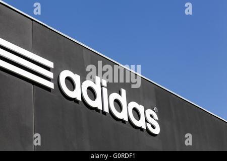 Adidas-Logo an der Wand - Stockfoto