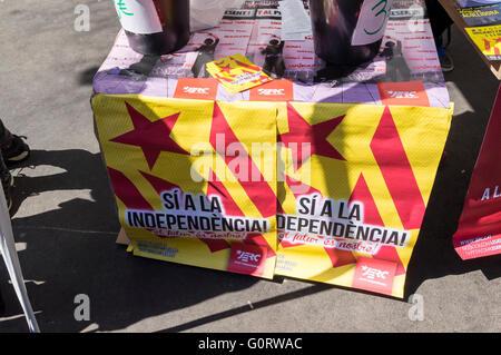 Pro-Unabhängigkeit Banner an einem Stand von JERC, eine Partei, die katalanische Unabhängigkeit von Spanien zu unterstützen. - Stockfoto
