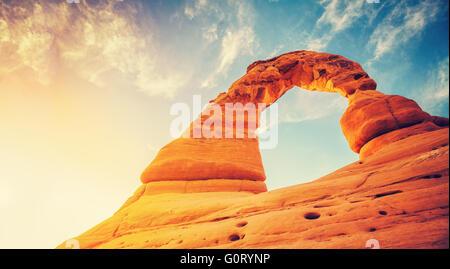 Vintage getönten Delicate Arch bei Sonnenuntergang, Arches-Nationalpark in Utah, USA. - Stockfoto