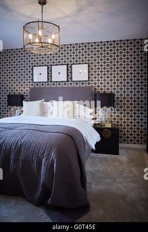zeigen nach Hause innen Haupt-Schlafzimmer Erwachsenen Creme dunkle print Tapete Ruhe Raum Suburban Vorstadt Vorstadt - Stockfoto