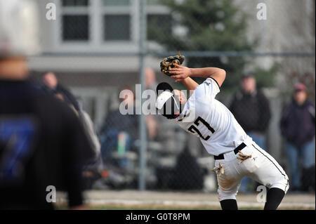 Ein High School shortstop kämpfen mit einer hohen Pop up zwischen dem Damm und Home Plate zu bleiben. USA. - Stockfoto