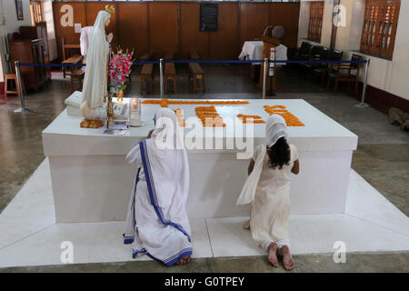 Nonnen betet am Grab von Mutter Teresa im Mutter-Haus der Missionarinnen der Nächstenliebe (Mutter Teresa Schwestern) - Stockfoto