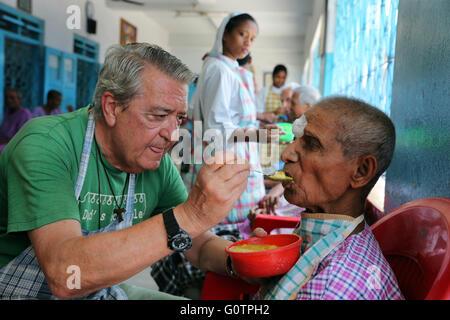 """Freiwilligen Fütterung einen Alter Mann in der """"Prem Dan Home für Kranke und sterbende"""" von den Missionarinnen der - Stockfoto"""