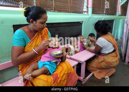 """Freiwillige Pflege Babys in """"Nirmala Shishu Bhawan Childrens Home"""" von den Missionarinnen der Nächstenliebe (Mutter - Stockfoto"""