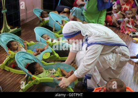 """Teresa Sister Pflege Babys in """"Nirmala Shishu Bhawan Childrens Home"""" von den Missionarinnen der Nächstenliebe (Mutter - Stockfoto"""