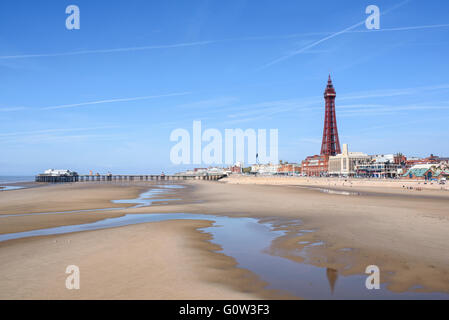 Blick über den Strand in Richtung Blackpool Tower und North Pier in Blackpool, Lancashire, Großbritannien - Stockfoto