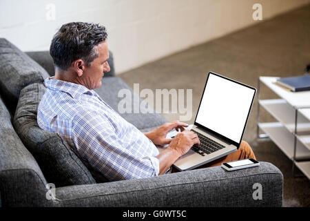 Profilansicht eines Geschäftsmannes, arbeiten am computer - Stockfoto