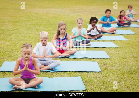 Erhöhte Ansicht von Kindern Yoga zu tun - Stockfoto