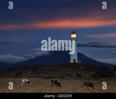 Cape Egmont Leuchtturm und Taranaki Mount im Hintergrund, Neuseeland - Stockfoto