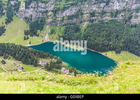 Luftaufnahme der Seealpsee (See) auf dem Alpstein-Berg in der Schweiz - Stockfoto