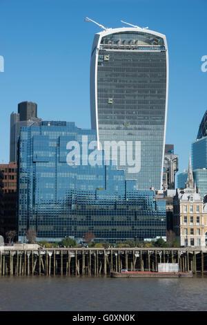 Ansicht von neu- und Altbauten aus der Themse, darunter 20 Fenchurch Street, designed by Vinoly und Rogers, bekannt - Stockfoto