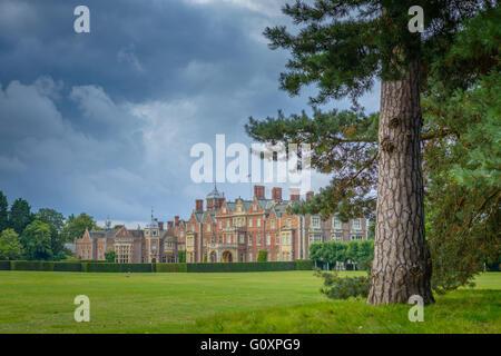 Sturm Wolken über Residenz der Queen in Norfolk, Sandringham House