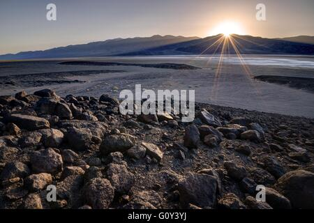 Sonnenuntergang über Badwater Basin, Death Valley Nationalpark, Kalifornien, Amerika, USA - Stockfoto
