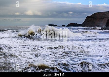 Die gefährlichen Meere von der nördlichen Küste Großbritanniens, mit riesige Brecher stürzt um Sie. - Stockfoto