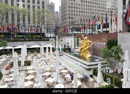 Blick auf die Lower Plaza am Rockefeller, eingerichtet für ein Abendessen als Sommergarten und Bar mit Fahnen der - Stockfoto