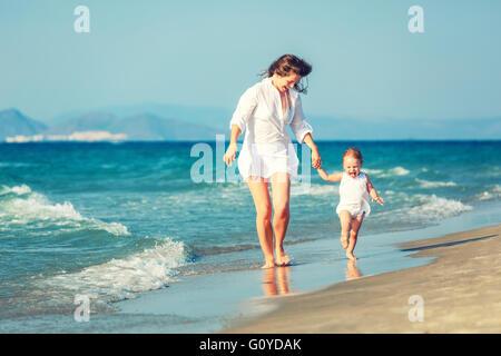 Mutter und Tochter am Strand - Stockfoto