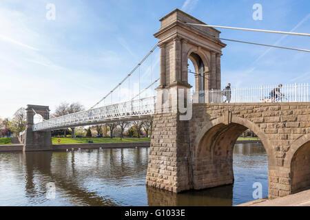 Wilford Suspension Bridge, eine Fußgängerbrücke über den Fluss Trent, zwischen West Bridgford, Nottingham, England, - Stockfoto