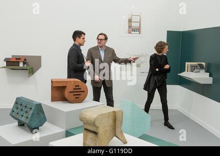 New York, New York, USA. 6. Mai 2016. Fries New Yorker Kunstmesse. Besucher in der Galerie Verhältnis 3, von San - Stockfoto